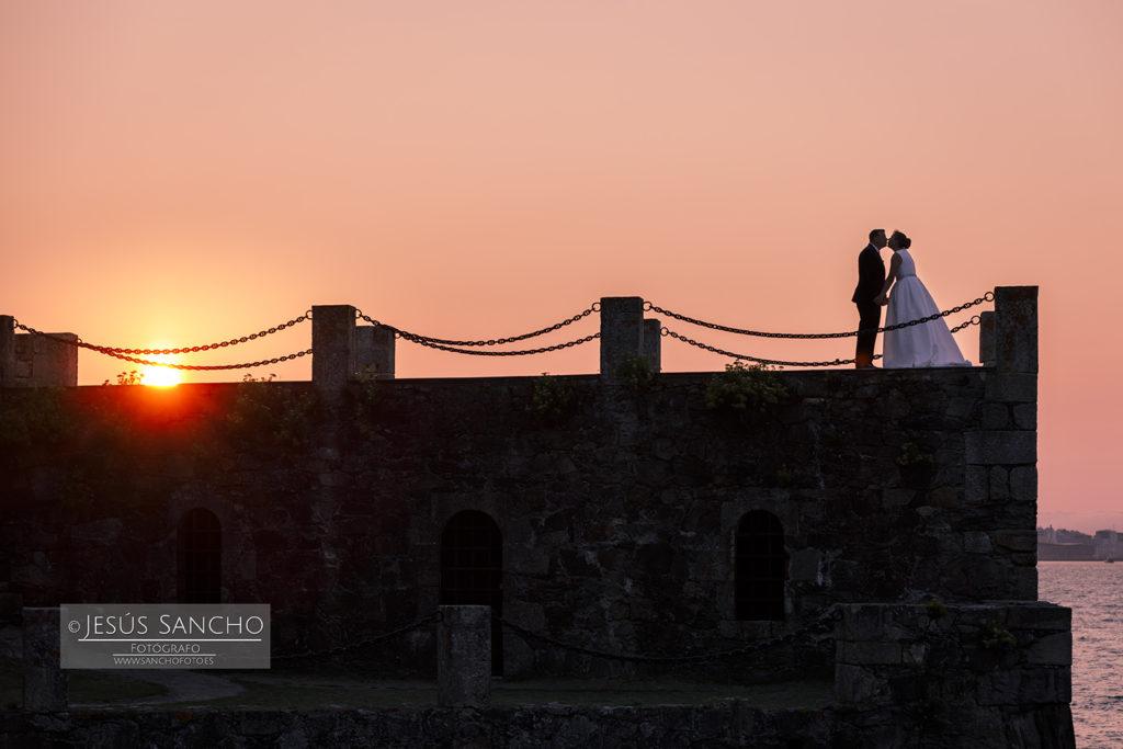 postboda vestido novia reportajes boda  informal divertida sin posado atardecer castillo santa cruz oleiros  a coruña  fotografo galicia