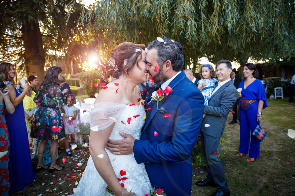 recien casados petalos vestido novia reportaje boda exterior casa de barreiro teixeiro a coruña fotografo bodas galicia